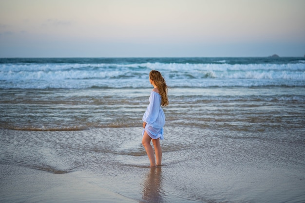 Meisje bij de oceaan. concept: eenzaamheid, stilte, rust