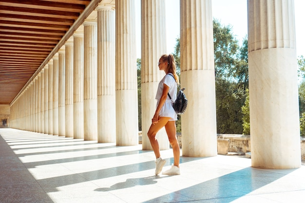 Meisje bij de oude griekse ruïnes
