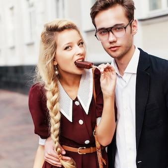 Meisje bijten haar ijs met haar vriendje