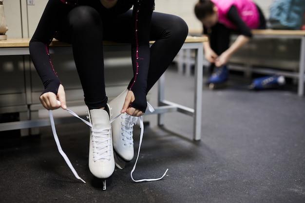 Meisje bindende schaatsenclose-up