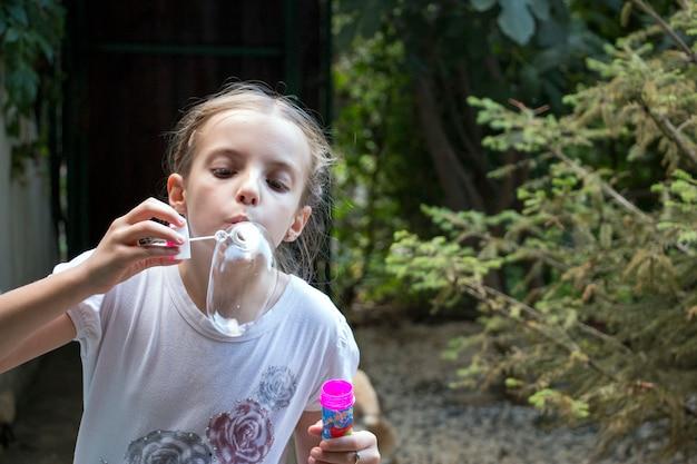 Meisje blazende zeepbels