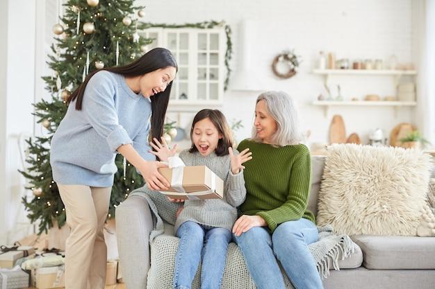 Meisje blij met cadeau geven door haar oudere zus op eerste kerstdag