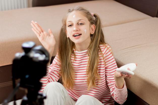 Meisje blogger met gezichtscrème