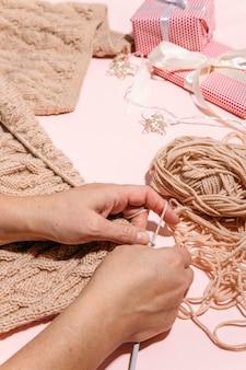 Meisje breit een warme trui bovenaanzicht