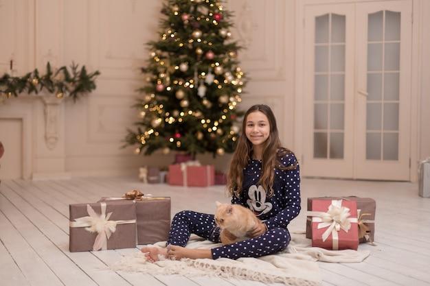 Meisje brengt de kerstvakantie door met haar kat