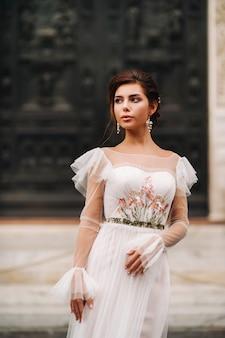 Meisje-bruid trouwjurk met een prachtig bloemmotief in florence
