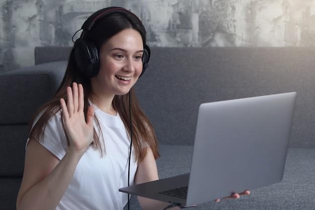 Meisje communiceert via video met familie en vrienden