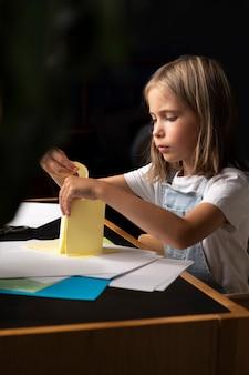 Meisje creatief met papier medium shot