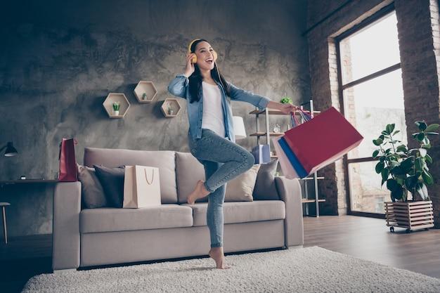Meisje dansen met boodschappentassen