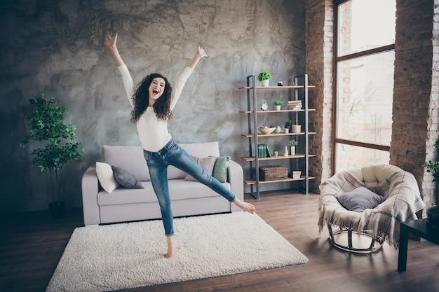 Meisje dansen met plezier in moderne loft industriële stijl interieur woonkamer binnenshuis