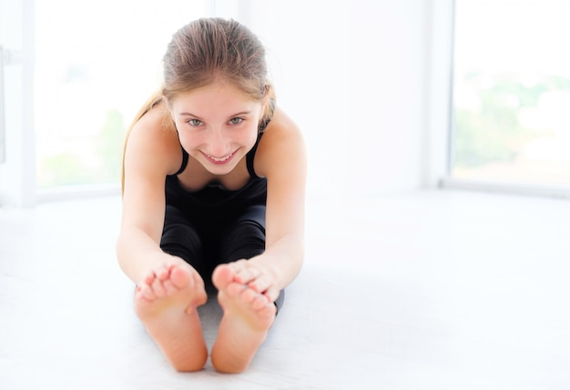 Meisje danser doet zich het uitrekken