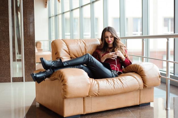 Meisje dat aan muziek door hoofdtelefoons op de tablet luistert