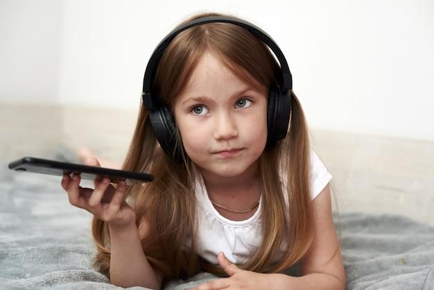 Meisje dat aan muziek luistert