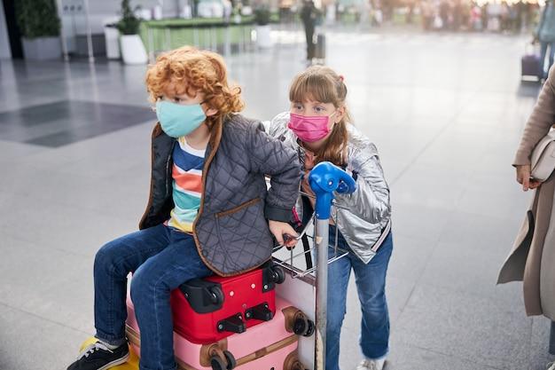Meisje dat achter een karretje staat met een jongen