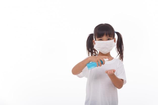 Meisje dat alcoholgel gebruikt voor het schoonmaken van handen. op wit