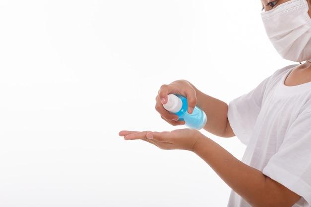 Meisje dat alcoholgel voor het schoonmaken van handen gebruikt.
