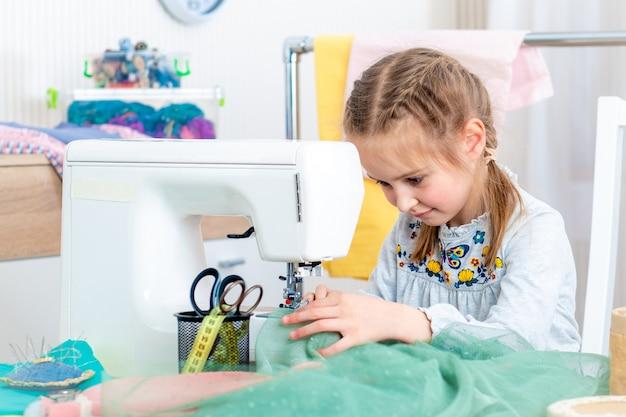 Meisje dat ambachten maakt bij naaimachine