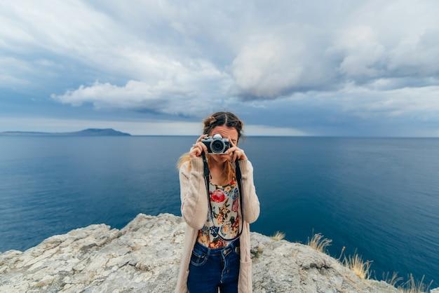 Meisje dat beelden in openlucht op een camera neemt