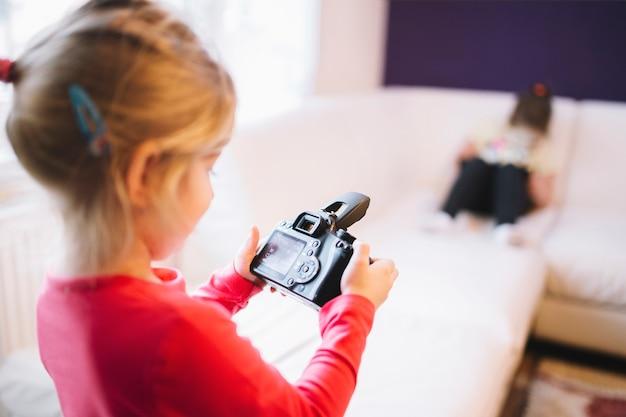 Meisje dat beelden op camera bekijkt