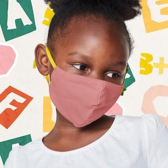 Meisje dat beige gezichtsmasker draagt