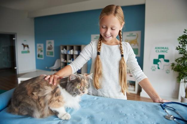 Meisje dat bezoek brengt bij de dierenarts