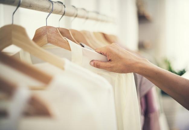 Meisje dat bij een kledingsopslag winkelt