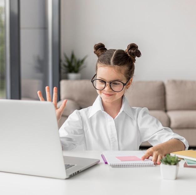 Meisje dat bij een online klasse wil antwoorden