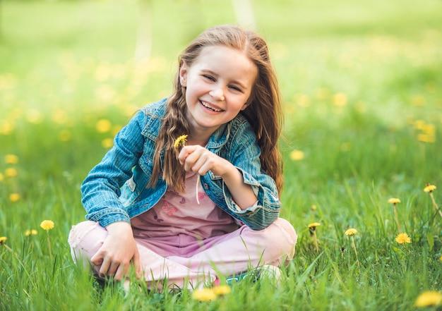 Meisje dat bloemen verzamelt