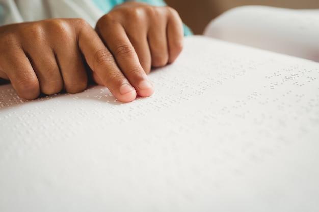 Meisje dat braille gebruikt om te lezen