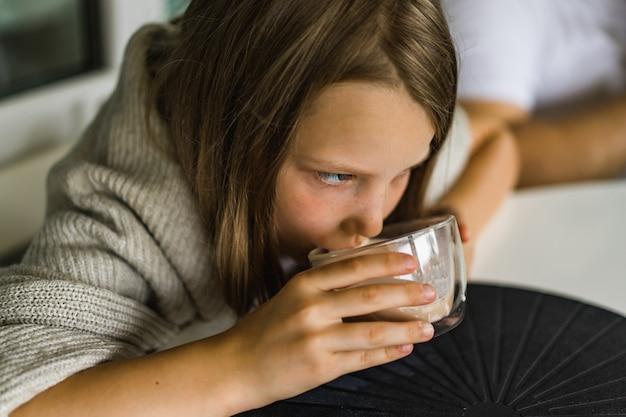 Meisje dat cacao drinkt