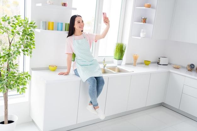 Meisje dat de binnenlandse keuken schoonmaakt