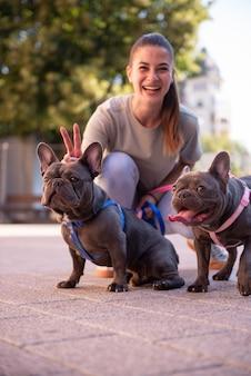 Meisje dat de honden buiten loopt