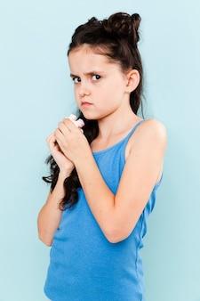 Meisje dat de snack probeert te verbergen