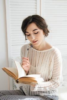 Meisje dat een boek leest tijdens ontbijt
