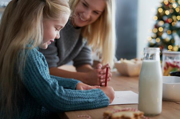 Meisje dat een brief schrijft aan de kerstman