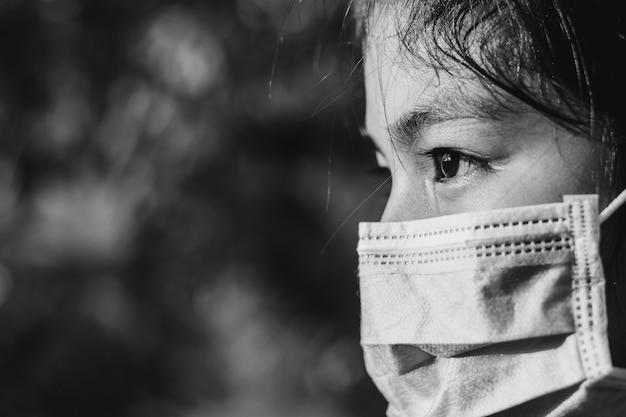 Meisje dat een chirurgisch masker draagt om de coronaravirusziekte 2019 te bestrijden en te voorkomen.