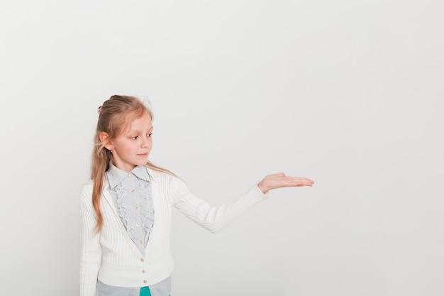 Meisje dat een copyspace voorstelt