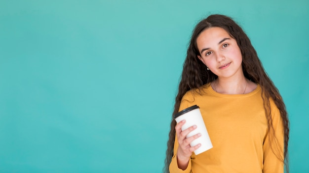 Meisje dat een drank met exemplaarruimte houdt