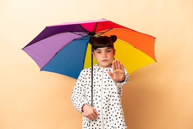 Meisje dat een geïsoleerde paraplu houdt