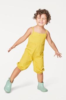 Meisje dat een gele mouwloze jumpsuit draagt