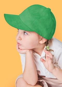 Meisje dat een groene pet draagt