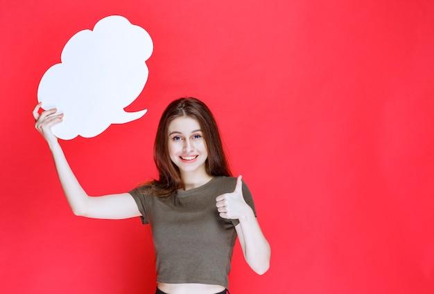 Meisje dat een infobord in de vorm van een wolk presenteert en ervan geniet.