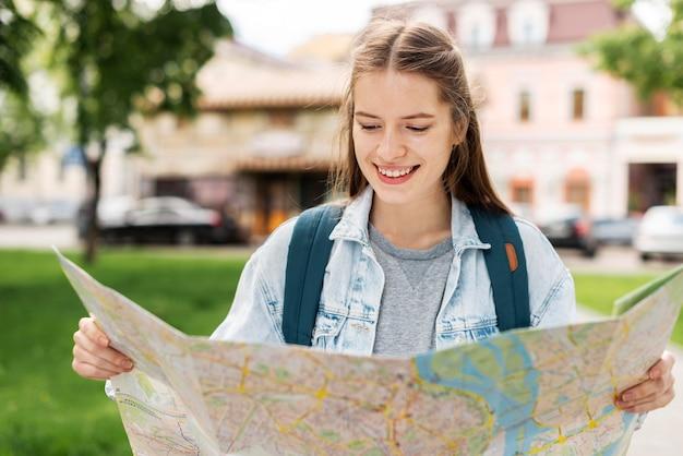 Meisje dat een kaart vooraanzicht bekijkt