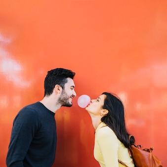 Meisje dat een kauwgom blaast