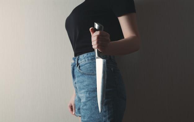 Meisje dat een keukenmes houdt om zich te beschermen