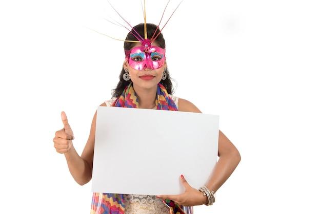 Meisje dat een masker draagt en wit tekenraad houdt. geïsoleerde portret