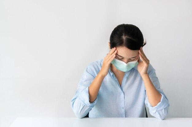 Meisje dat een medisch masker draagt om thuis te zitten