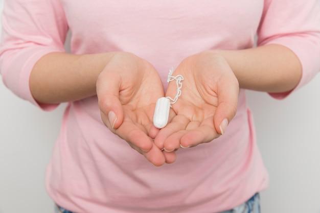 Meisje dat een schone tampon houdt