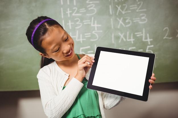 Meisje dat een tablet houdt