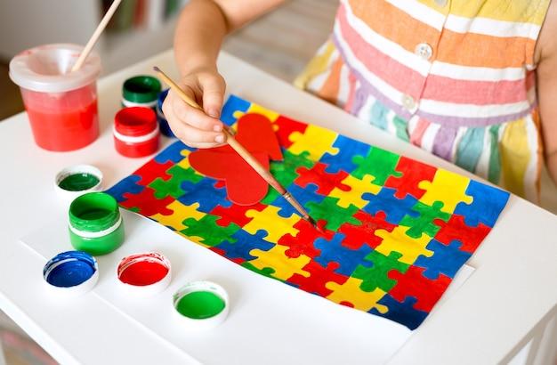 Meisje dat een veelkleurige puzzels trekt